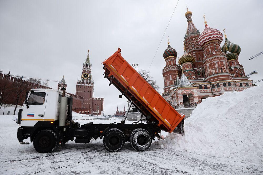 Rimozione della neve sulla Piazza Rossa a Mosca.