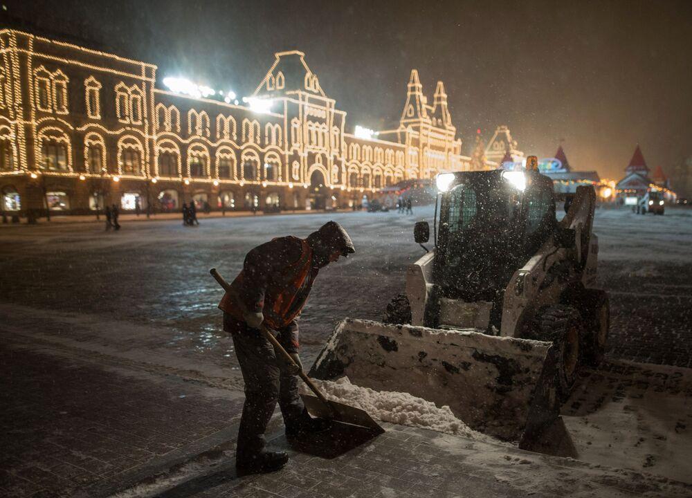 Gli operai del servizio pubblico tolgono la neve sulla Piazza Rossa a Mosca.