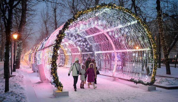 Passanti sul Tverskoy boulevard durante la nevicata a Mosca. - Sputnik Italia