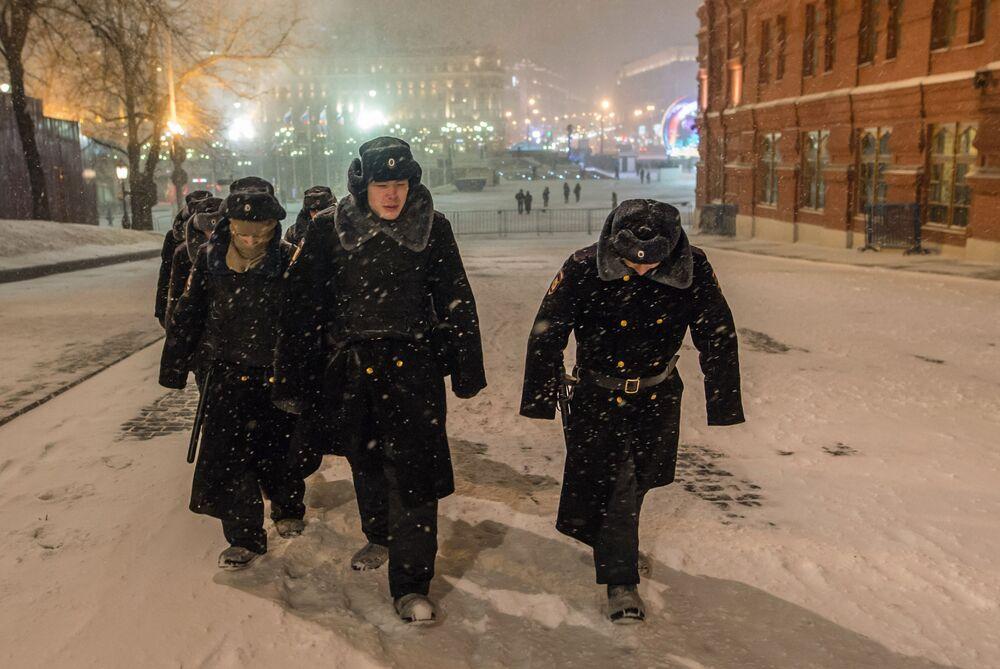 Allievi in marcia durante la nevicata a Mosca.