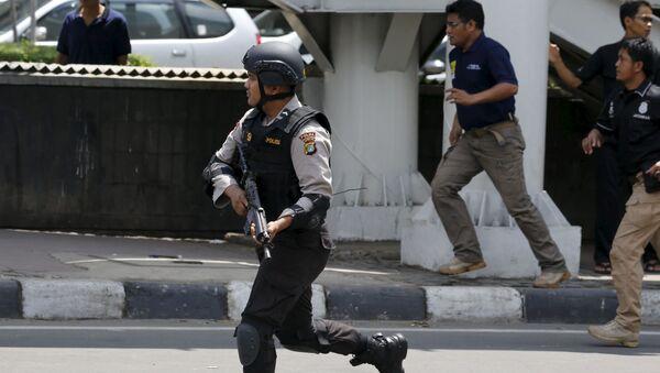 Agenti di polizia all'luogo dell'attentato terroristico a Giacarta, Indonesia - Sputnik Italia