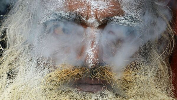 Un indiano coperto del fumo di marijuana - Sputnik Italia