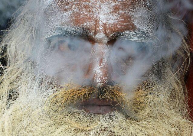 Un indiano coperto del fumo di marijuana