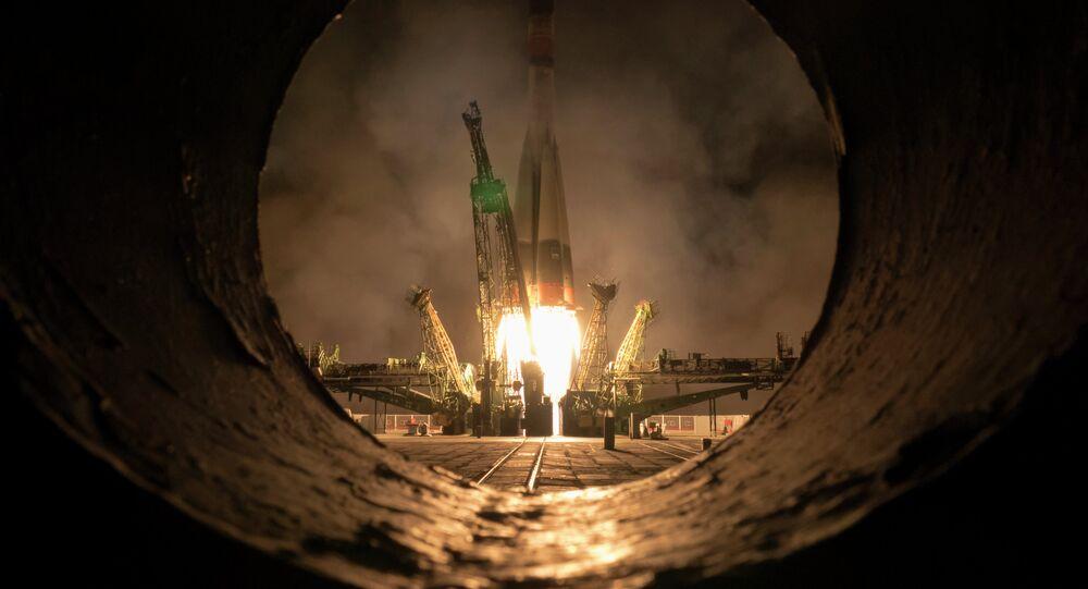 Il lancio della navicella Soyuz che porta in orbita la stazione spaziale internazionale