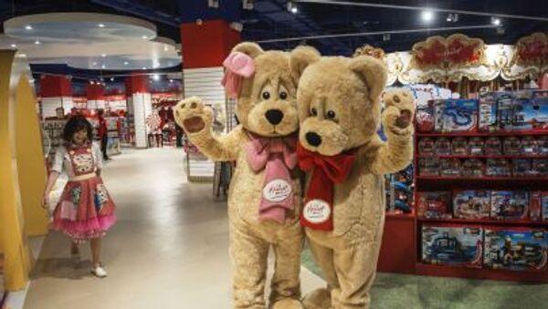 Сотрудники в костюмах медведей в павильоне Hamleys во время открытия Центрального детского магазина на Лубянке в Москве - Sputnik Italia