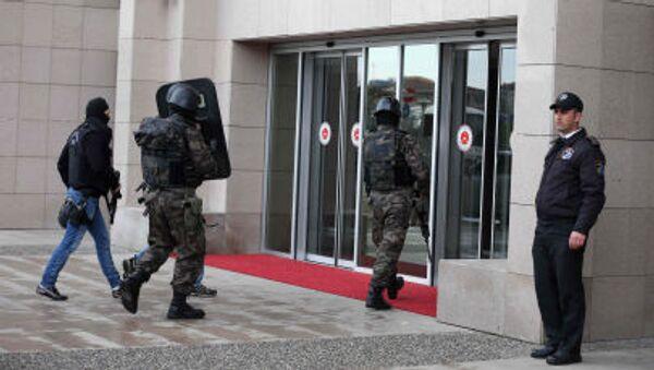 Силы безопасности Турции у входа в здание суда в Стамбуле - Sputnik Italia