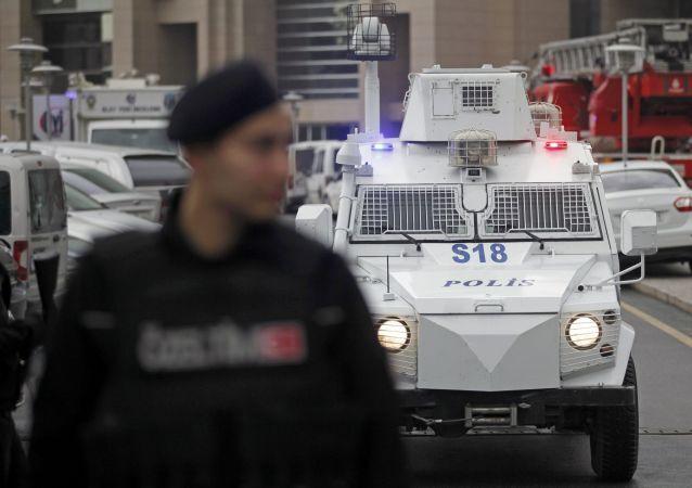 Due uomini armati arrestati dopo il panico in una sede del partito del premier Erdogan, l'Akp a Istanbul