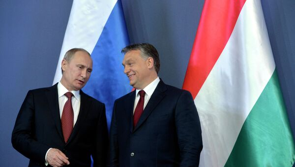 Russian President Vladimir Putin, left, and Hungarian Prime Minister Viktor Orban chat during a signing ceremony in the Parliament building Tuesday, Febr. 17, 2015. Putin is staying on a one-day working visit in the Hungarian capital. - Sputnik Italia