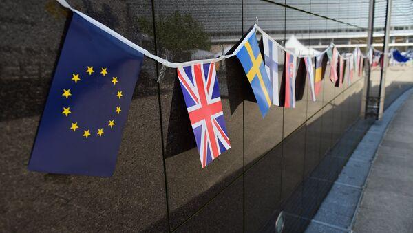 Bandiere sulla facciata della sede della Commissione Europea - Sputnik Italia