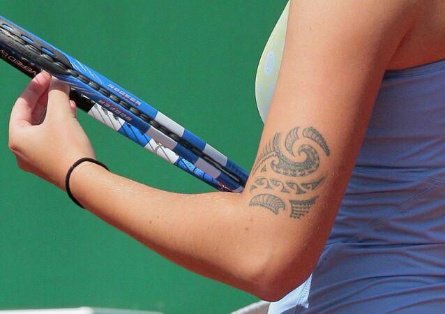 Una giocatrice a tennis