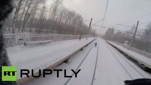 Ragazzi russi a uovo dietro a un treno - Sputnik Italia
