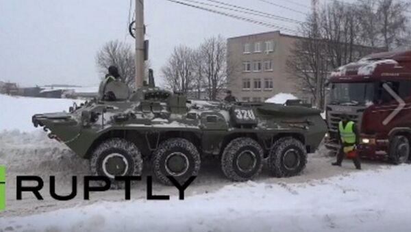 Succede in Russia... un carro armato trascina un tir rimasto bloccato nella neve - Sputnik Italia