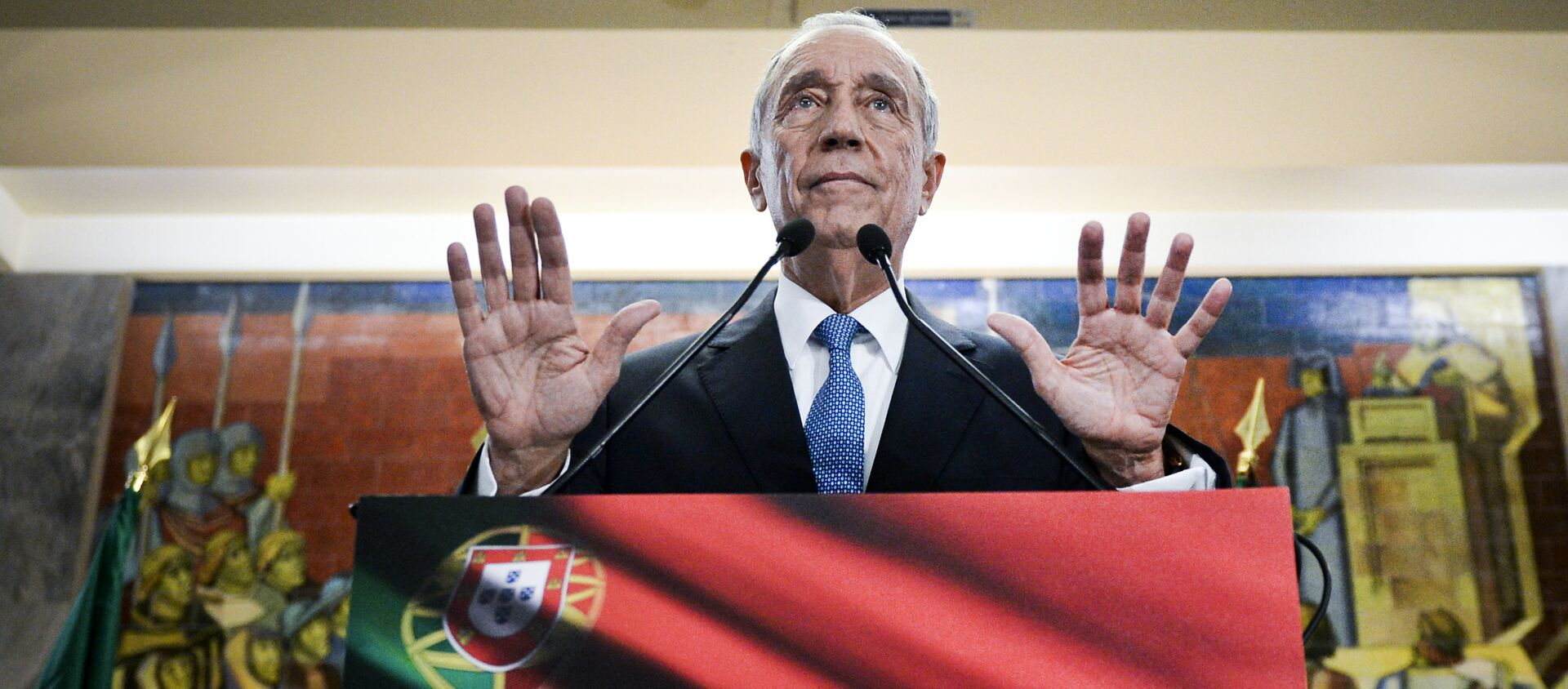 Marcelo Rebelo de Sousa gestures as he delivers a speech after winning the Portugal's Presidencial Election in Lisbon on January 24, 2016 - Sputnik Italia, 1920, 25.01.2021