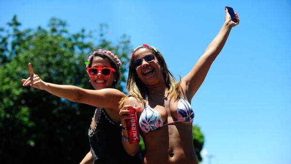 Due ballerine del gruppo Quizomba, uno dei 40 che sfileranno al sambodromo di Rio nel Carnevale - Sputnik Italia