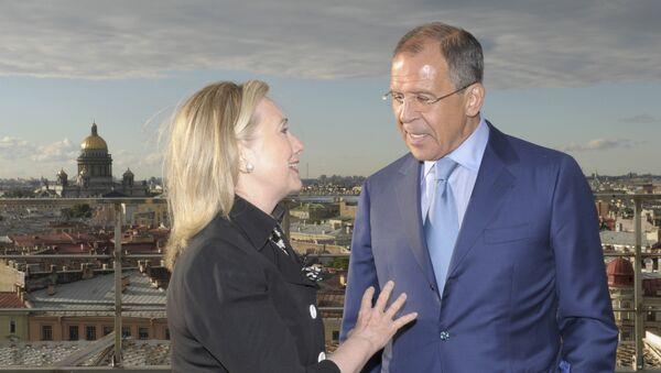Sergej Lavrov ed Hillary Clinton durante i negoziati del reset a San Pietroburgo nel 2012 - Sputnik Italia