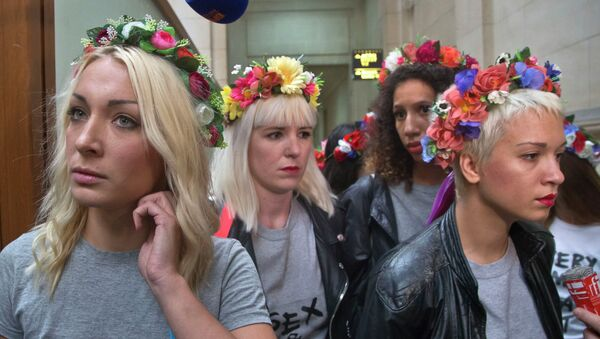 Leader of the feminist protest group Femen Ukrainian Inna Shevchenko, left, with other members of the group wearing flower crowns, arrive at court house in Paris - Sputnik Italia