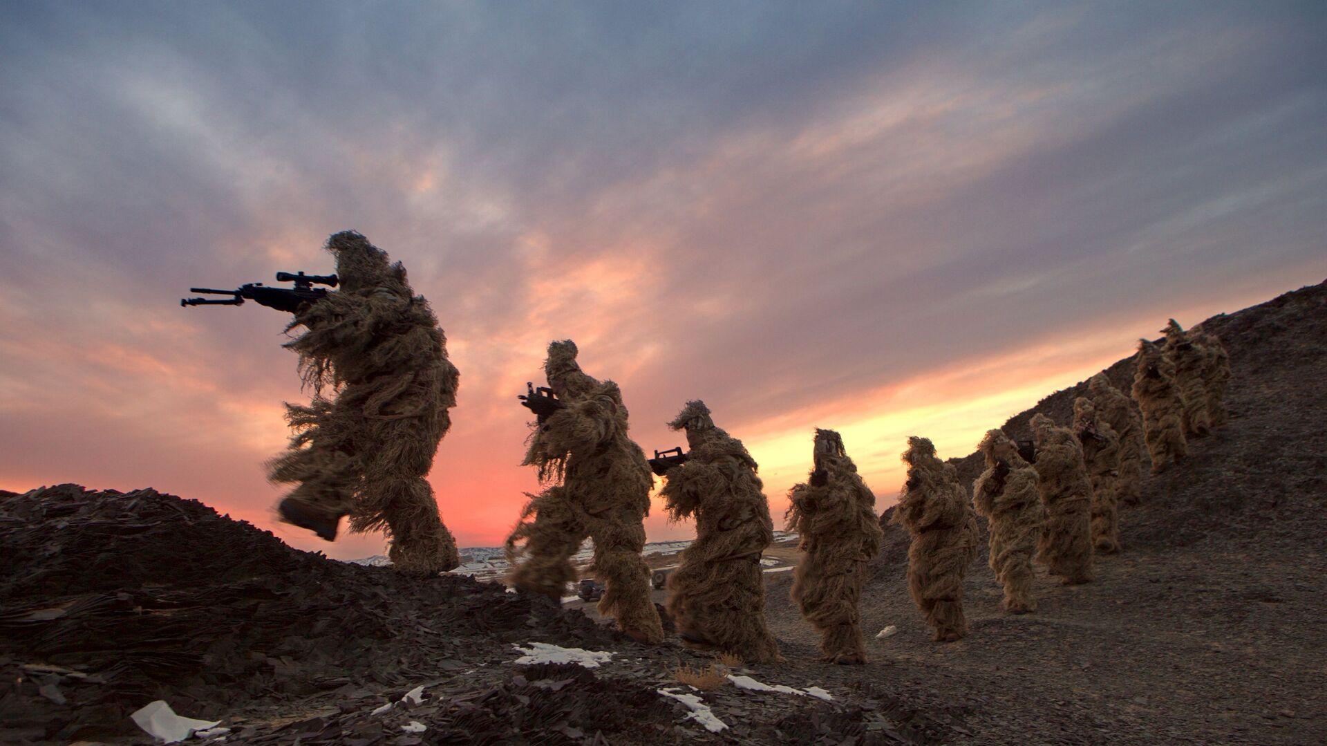 Soldati dell'esercito cinese durante un'esercitazione nel sito di Bayingol, regione dello Xinjiang - Sputnik Italia, 1920, 26.06.2021