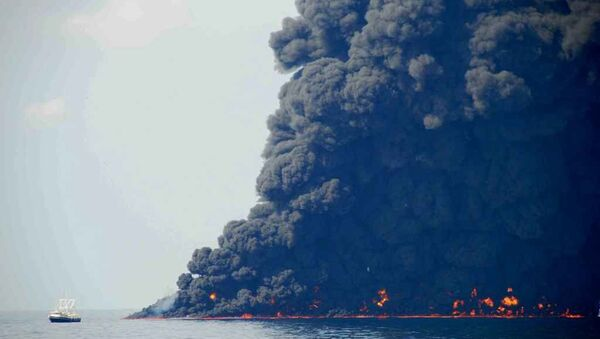 This June 22, 2010 photo shows response crews gathering and burning oil in the Gulf of Mexico near the site of the leaking Macondo Prospect oil field well. - Sputnik Italia