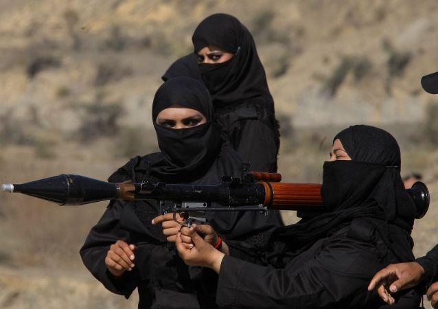 Le donne in Pakistan combattono anche contro il terrorismo. Con i visi coperti