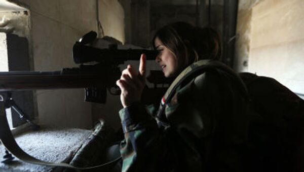 Женщина-снайпер из Республиканской гвардии Сирии ведет огонь из укрытия - Sputnik Italia