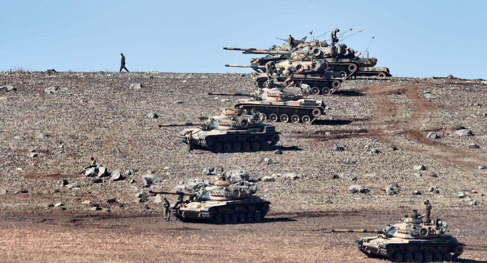 Tank turchi al confine con la Siria