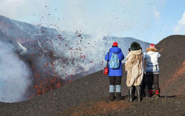 Un gruppo di donne fotografa da vicino l'eruzione del vulcano Plosky Tobalchik volcano in Kamchatka - Sputnik Italia