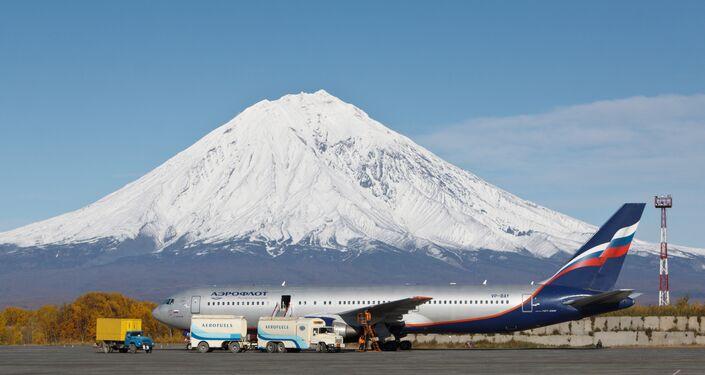Un aereo sulla pista dell'aeroporto di Petropavlovsk Kamchatskiy