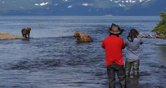 Orsi e turisti in Kamchatka