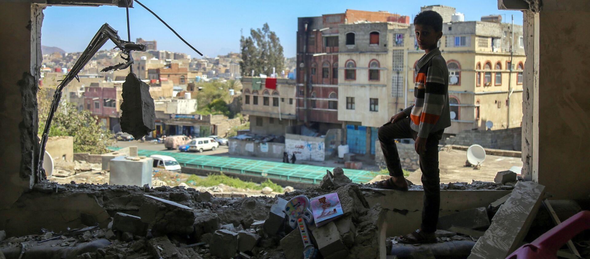 Un bambino osserva le macerie di un palazzo sventrato dalle bombe a Taez nello Yemen - Sputnik Italia, 1920, 29.01.2021