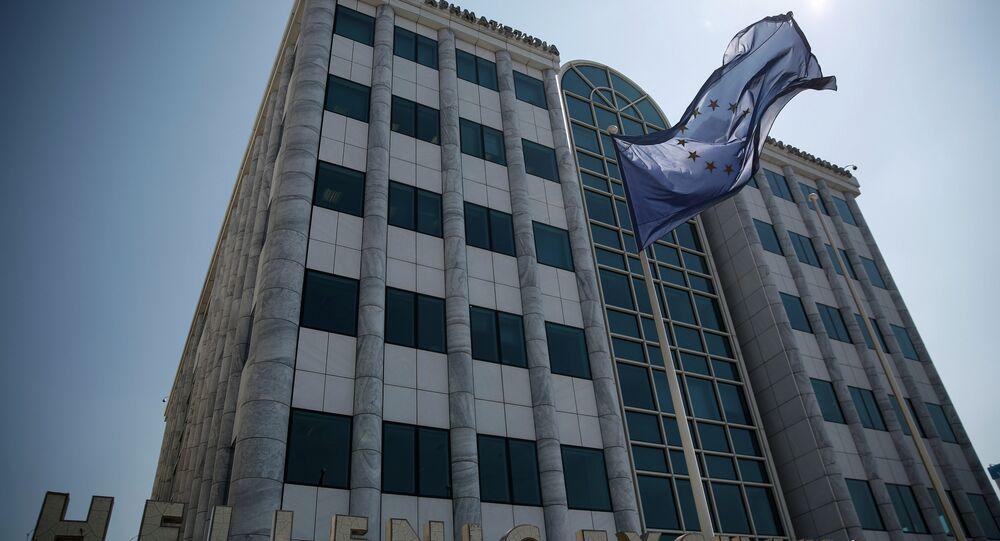 La bandiera dell'UE davanti alla borsa di Atene