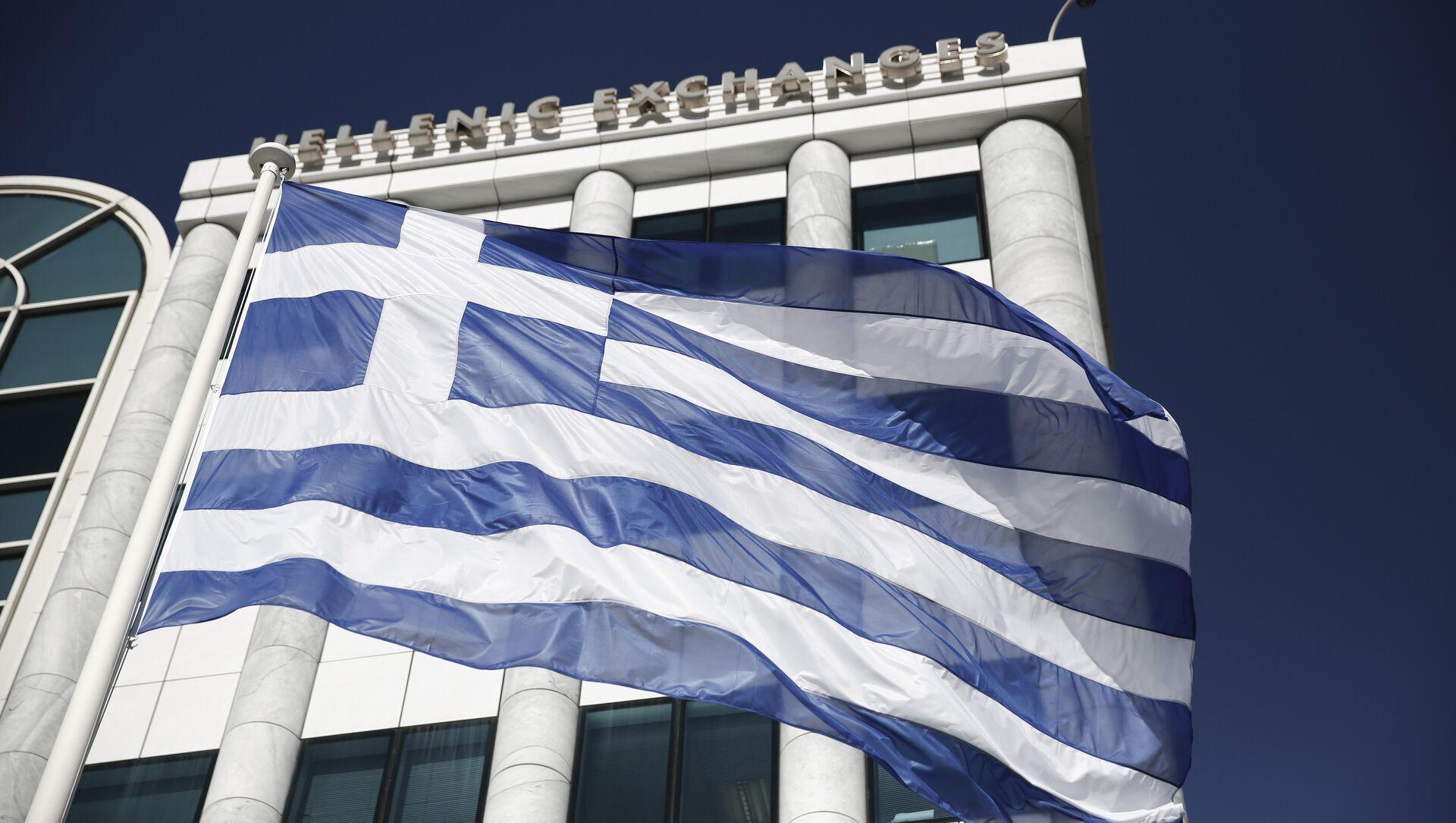 La bandiera greca davanti alla borsa di Atene - Sputnik Italia, 1920, 10.04.2021