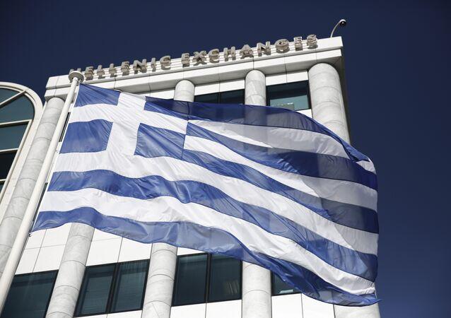 La bandiera greca davanti alla borsa di Atene