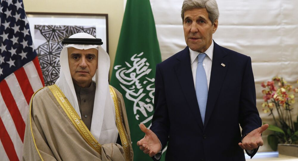 Il ministro degli esteri saudita Adel al-Jubeir e il Segretario di stato americano John Kerry