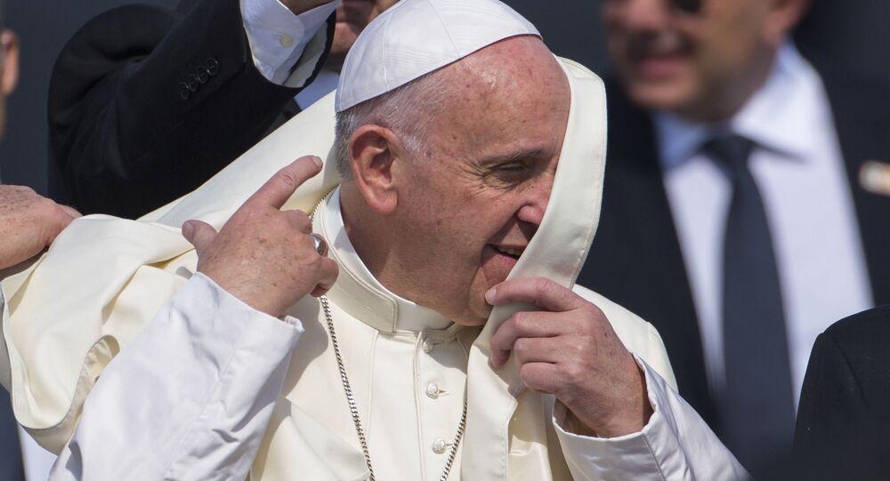 Sorpresa di Papa Francesco, sfida la pioggia per andare dalla Madonna