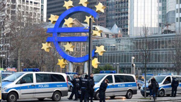 Полиция напротив символа Европейского центрального банка в Франкфурт-на-Майне - Sputnik Italia
