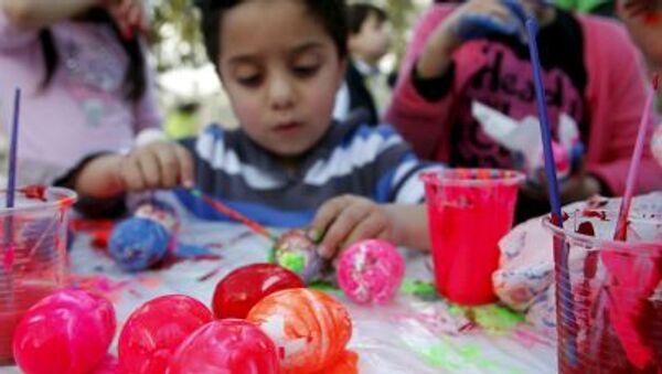 Un bambino dipinge le uova nella città libanese di Abra. - Sputnik Italia