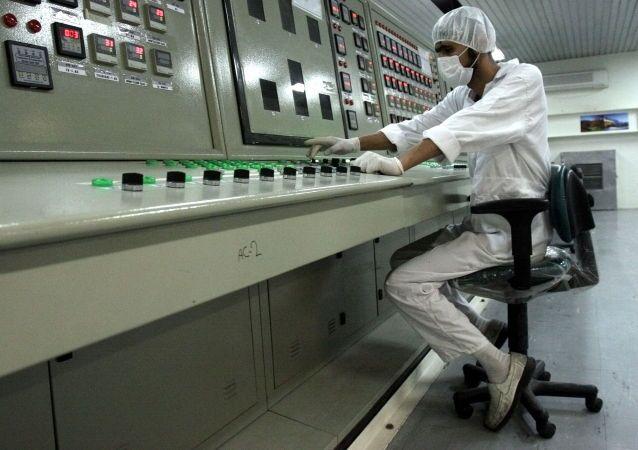 Tecnico iraniano nella centrale per la lavorazione dell'uranio