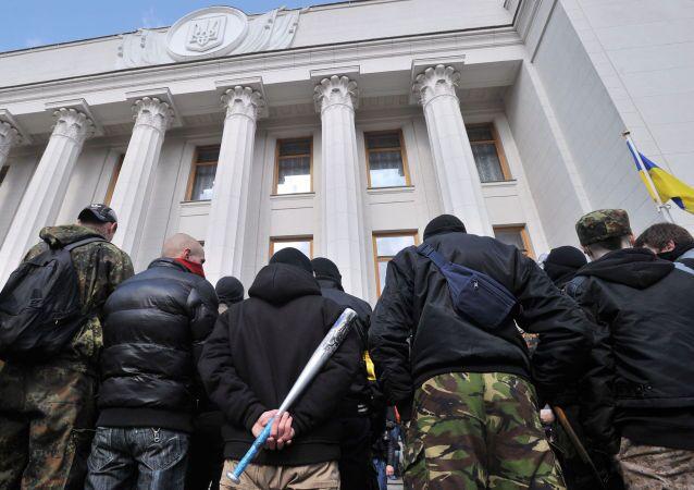 Ultranazionalisti di fronte al Parlamento ucraino