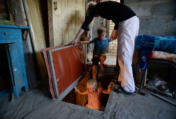 Una famiglia costretta a scendere nei sotterranei della loro abitazione. - Sputnik Italia
