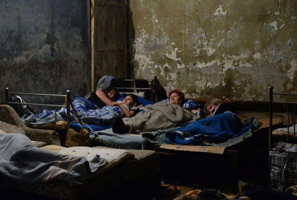 Abitanti di Gorlovka nel rifugio sotterraneo durante l'attacco alla città. - Sputnik Italia