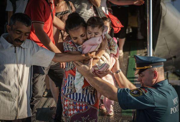 Profughi evacuati dall'Ucraina all'arrivo all'aeroporto di San Pietroburgo. - Sputnik Italia