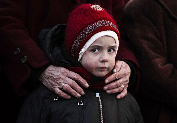 Una bambina in coda per gli aiuti umanitari a Debal'tsevo. - Sputnik Italia