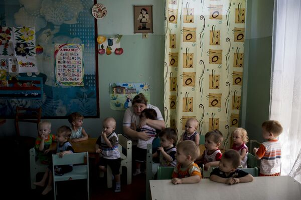 Evacuazione dei piccoli ospiti di un orfanotrofio a Lugansk. - Sputnik Italia