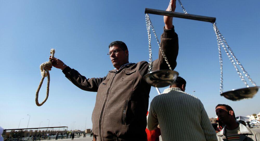 Un manifestante egiziano fuori dal tribunale