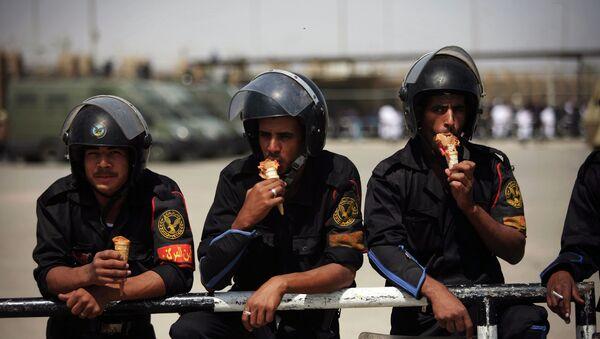 Poliziotti egiziani mangiano il gelato - Sputnik Italia