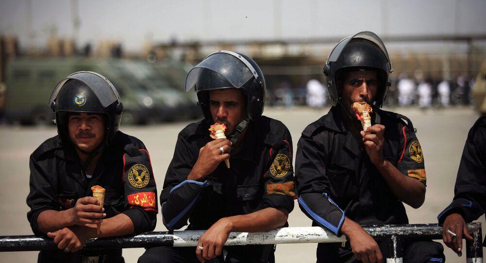 Poliziotti egiziani mangiano il gelato