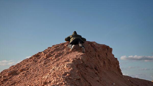 Un combattente libico sulle colline - Sputnik Italia