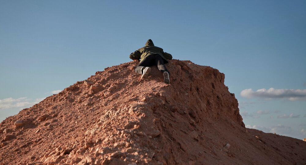 Un combattente libico sulle colline