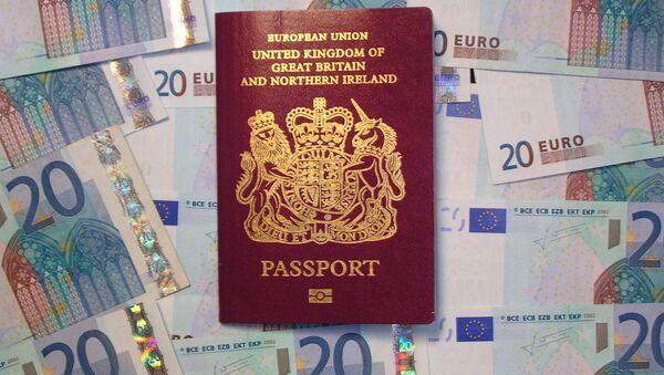 UK biometric passport on pile of Euro currency - Sputnik Italia