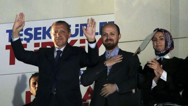 Il presidente turco Recep Tayyip Erdogan con suo figlio Bilal Erdogan e sua figlia Sumeyye Erdogan. - Sputnik Italia